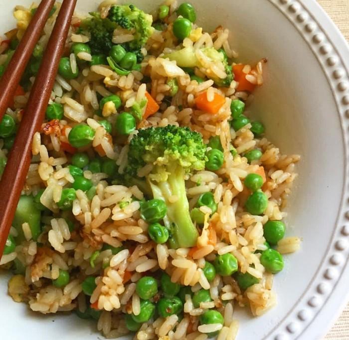 Paduan sedikit kacang polong, brokoli dan wortel bisa membuat nasi goreng lebih renyah gurih. Foto: Instagram @happilygreengirl