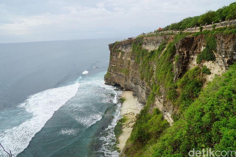 Beginilah pemandangan di kawasan Pura Uluwatu, Bali di tepi tebing. (Syanti/detikTravel)