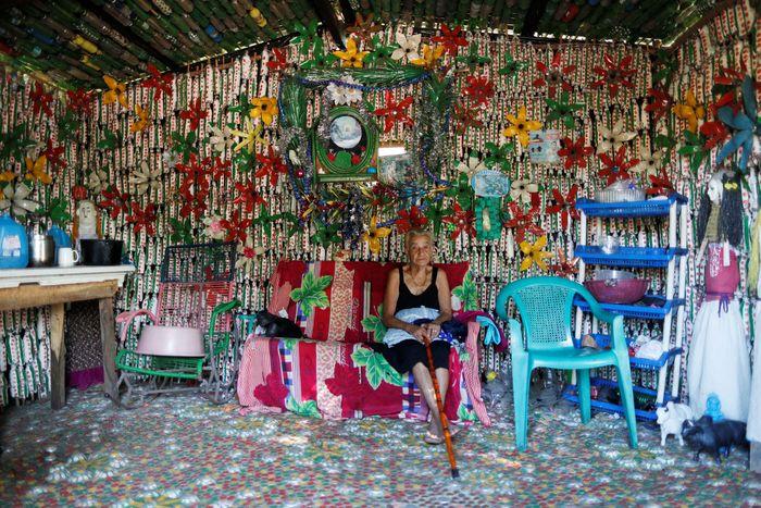 Penggunaan plastik dalam kehidupan sehari-hari membuat limbah plastik menjadi problem tersendiri di dunia. Terlebih dengan sifatnya yang sulit diurai, limbah plastik semakin meningkat tiap tahunnya. Namun, Maria Bersabe Ponce memiliki cara sendiri dan unik untuk mendaur ulang sampah.