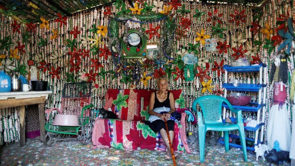 Keren! Nenek 87 Tahun Bangun Rumah dari Botol Plastik