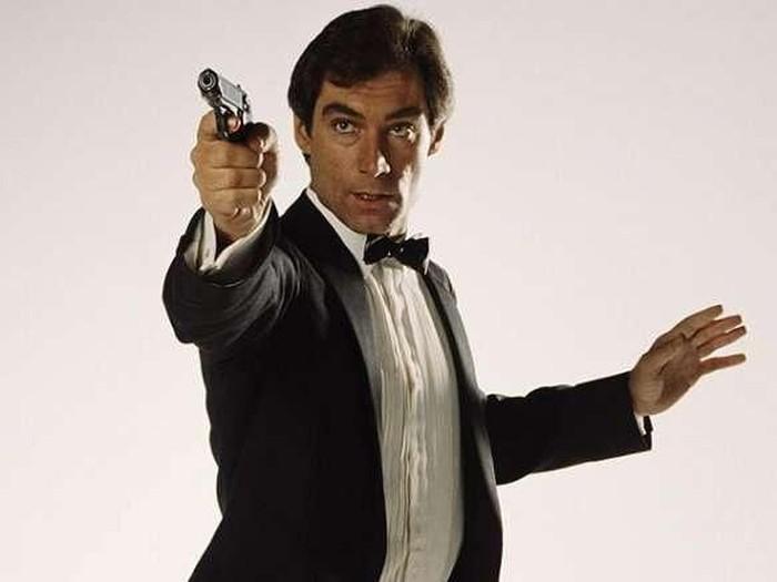 Timothy Dalton berperan sebagai James Bond