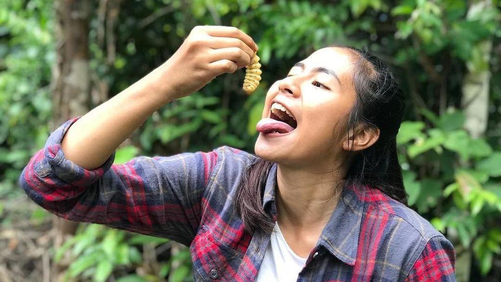 Serunya Efinda Putri Host Jejak Petualang yang Doyan Makan Ulat Pohon