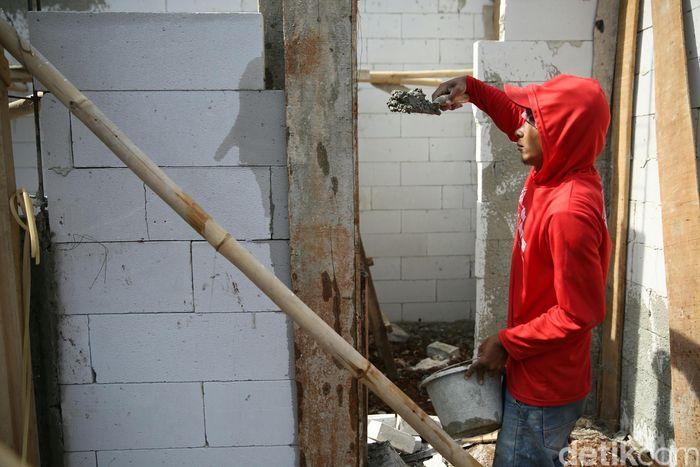 Pekerja membangun perumahan di kawasan Bintara Jaya, Kota Bekasi, Jawa Barat, Jumat (23/11/2018).