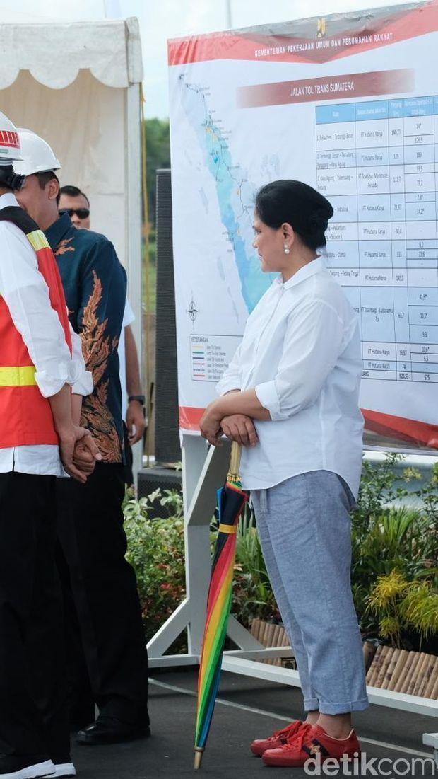 Intip Gaya Seru Iriana Jokowi, Pakai Kain Batik Berpadu Sneakers