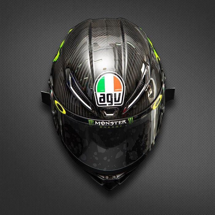 Ini adalah helm milik Franco Morbidelli. Rider yang musim depan akan membalap untuk tim Petronas Yamaha SRT itu diberi helm berwarna abu-abu dari AGV. (Foto: Instagram @motogp)