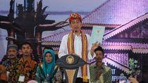 Berkain Tapis, Jokowi Bagikan 1.300 Sertifikat Tanah di Lampung