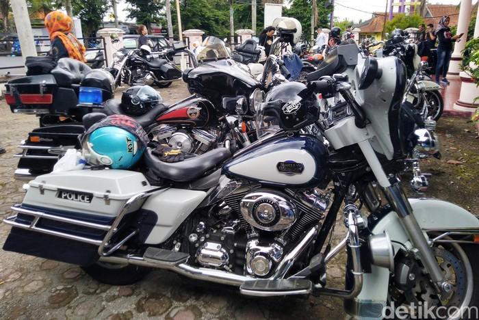 Klub Motor Gede (Moge) tertua di Indonesia, Harley Club Bandung (HCB) melakukan touring ke Pangandaran, Jawa Barat.