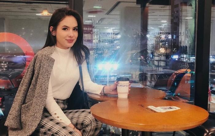 Pemilik nama lengkap Stefhanie Zamora Husen ini sedang liburan di Seoul. Ia mampir menyesap kopi untuk hangatkan badan. Slurpp! Foto: Instagram steffizamoraaa