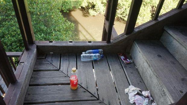 Banyak pengunjung yang meninggalkan sampahnya sembarangan.