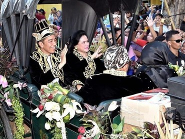 Serasi sekali Iriana dengan Jokowi dalam balutan beskap hitam kala mengikuti Festival Keraton dan Masyarakat Adat ASEAN 2018 di Alun-alun Kabupaten Sumenep, Madura. (Foto: Instagram @jokowi)