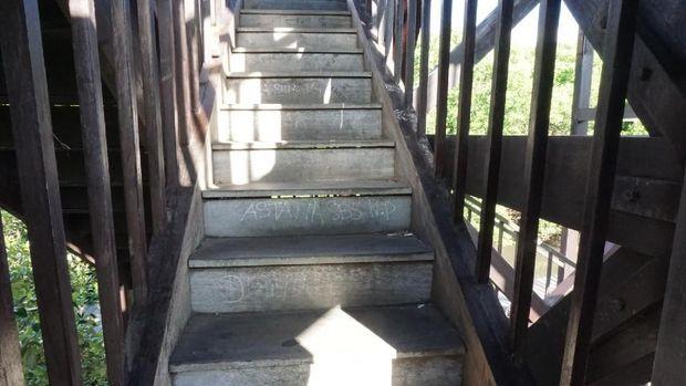 Aksi vandalisme tangan jahil itu juga memenuhi setiap anak tangga menuju lantai atas.