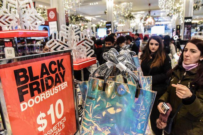 Orang-orang berbelanja pada hari Black Friday di gerai utama pusat perbelanjaan Macy, di New York, Amerika Serikat, 22 November 2018. REUTERS/Stephanie Keith.