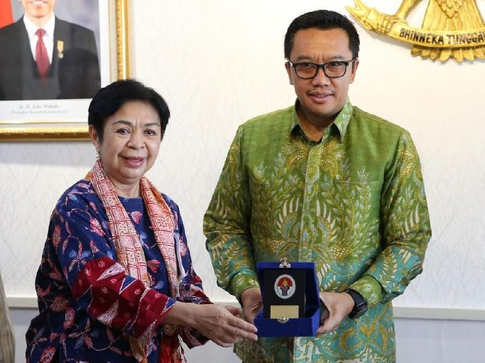 Menpora Imam Nahrawi menerima legenda menembak Indonesia Lely Sampoerno/Foto: Dok Kemenpora