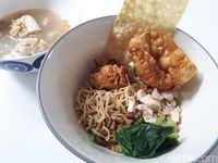 Salapan: Puas Makan Mie Papah Lapar di Resto Sandra Djohan dan Sarah Sechan