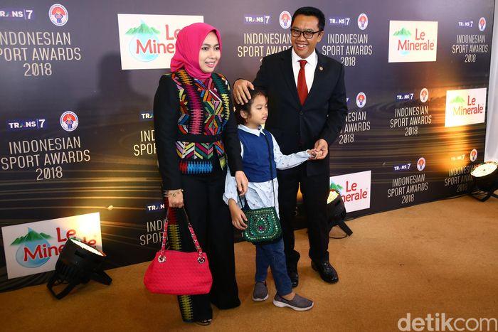 Begini momen kebersamaan Menpora Imam Nahrawi bersama keluarganya saat hadir di Indonesian Sport Awadrs 2018.