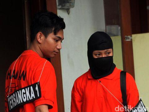 Dua tersangka kasus pembunuhan Ciktuti Iin Puspita (22), Y dan NR, menjalani rekonstruksi. Mereka memperagakan 13 adegan dalam rekonstruksi tersebut.