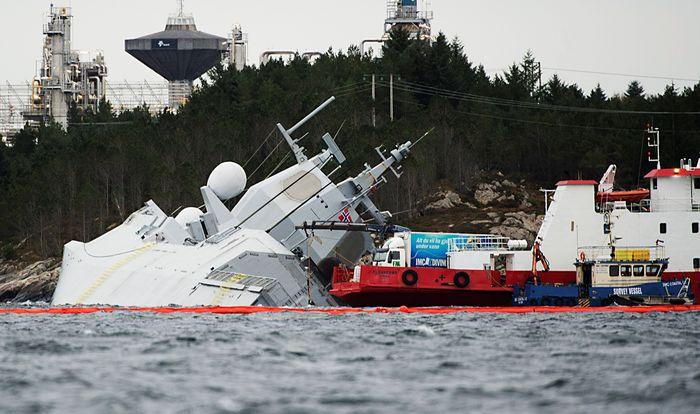 Sebuah kapal perang asal Norwegia KNM Helge Ingstad tenggelam karena tabrakan dengan kapal tanker berbendera Malta di perairan Oygarden Norwegia. Kecelakaan ini terjadi pada 8 November lalu. Mengutip CNN ada 137 awak kapal yang merupakan pasukan militer Norwegia. NTB Scanpix/Marit Hommedal via Reuters.