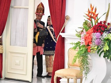 Manis sekali momen wefie Jokowi dan Iriana ini ya. Potret ini diambil sebelum mengikuti upacara Peringatan Proklamasi Kemerdekaan ke-73 Republik Indonesia di Istana Negara, Jakarta. (Foto: Instagram @jokowi)