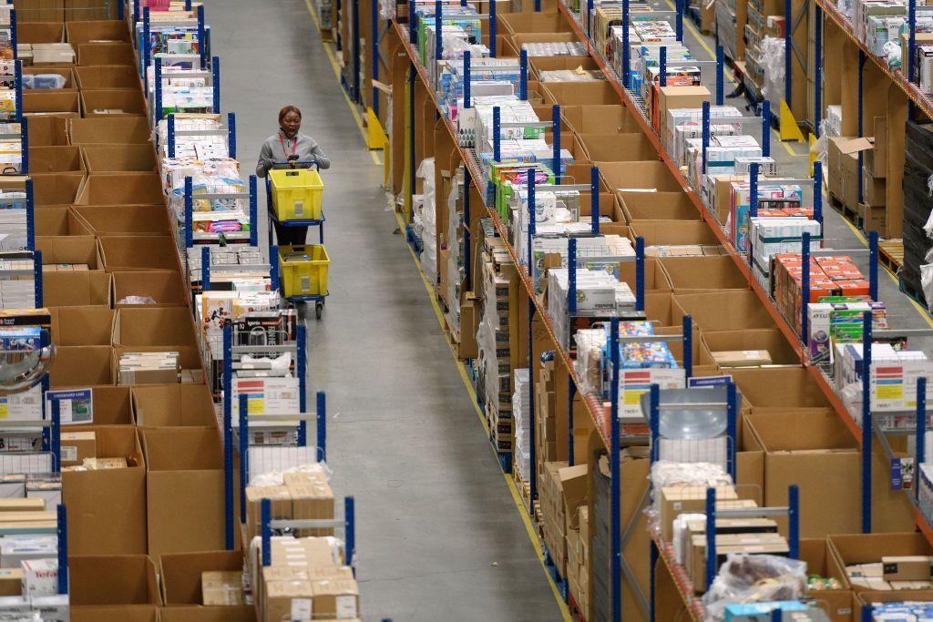 Ini adalah salah satu gudang Amazon yang berlokasi di Hemel Hempstead, Inggris. Foto: Getty Images