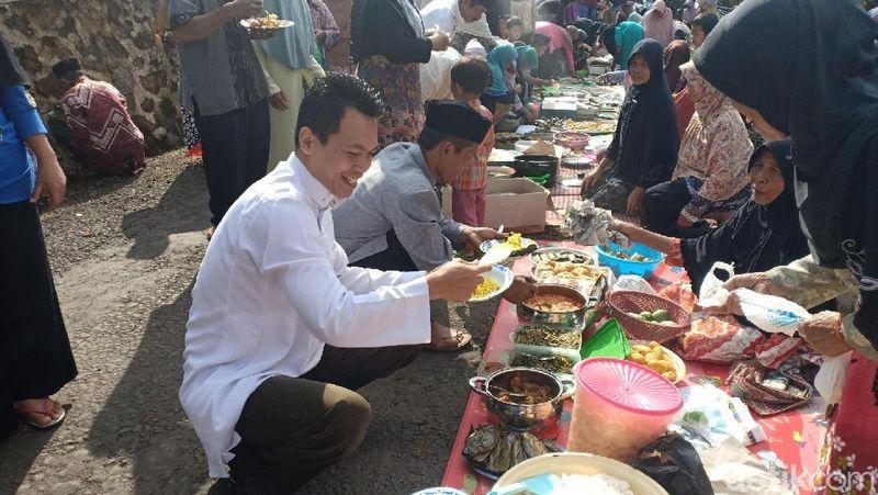 Inilah tradisi Ngaruwat Lembur yang sudah dilakukan turun temurun setiap peringatan Maulid Nabi Muhammad SAW. Tradisi ini dilakukan ratusan warga Dusun Cipeuteuy, Desa Girilaya, Kecamatan Panawangan, Kabupaten Ciamis. (Dadang/detikTravel)