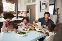 Makan Malam Bersama Keluarga Bikin Remaja Makan Lebih Sehat