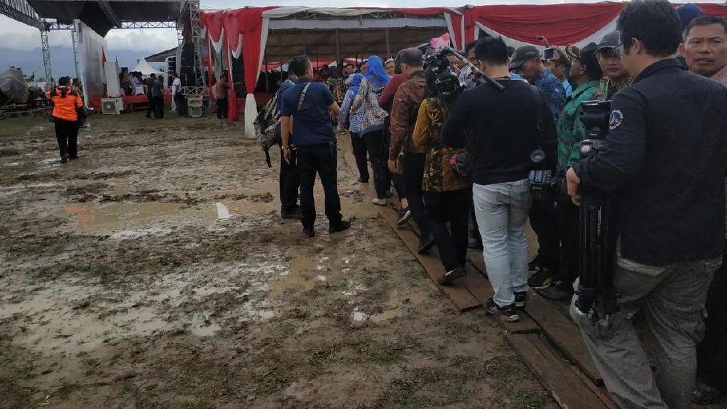 Bertemu Petani di Pringsewu Lampung, Jokowi Lintasi Jalan Becek