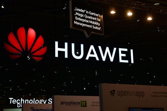 Akun Twitter Huawei membuat blunder lewat ucapan Selamat Tahun Baru yang memakai iPhone. (Foto: Alexander Koerner/Getty Images)