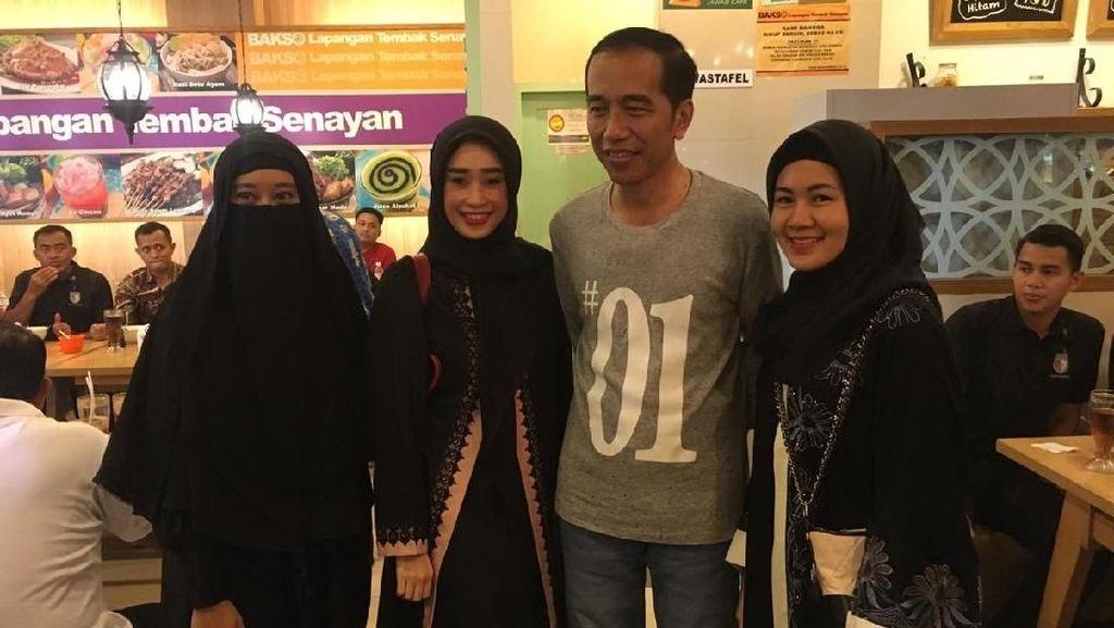 Senangnya Perempuan Bercadar yang Bisa Foto Bareng Jokowi