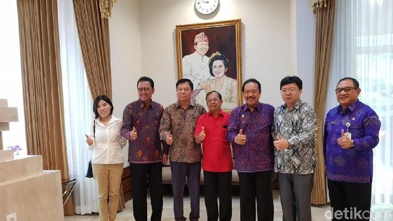 Foto: Gubernur Bali Wayan Koster dan Konjen China Gou Haodong. (Aditya Mardiastuti/detikcom)