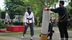 Walikota Bogor Bima Arya menegaskan ada denda maksimal Rp 5 juta kalau tertangkap merokok sembarangan. Seruan menolak rokok dapat dukungan dari generasi muda.