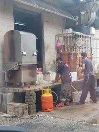 Duh, Resto Seafood di Bandar Udara Kuala Lumpur Ini Bersihkan Ikan Di Lantai