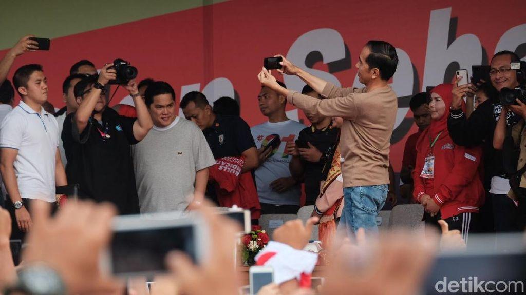 Jalan Sehat di Bandar Lampung, Jokowi Ajak Selfie Pendukung