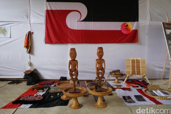 Para peserta menampilkan aneka karya dan ciri khas budaya masing-masing (Aditya/detikTravel)Aneka suku yang ada di Indonesia ikut tampil seperti Dayak, Baduy, Sumba, Kampung Naga dan yang lainnya (Aditya/detikTravel)8Pulau Dewata sebagai tuan rumah tidak ketinggalan menampilkan kekayaan budayanya (Aditya/detikTravel)9Misalnya saja, tenun khas Karangasem yang memiliki aneka jenis (Aditya/detikTravel)10Beberapa suku lain dari luar negeri yang juga terlibat adalah Aborigin, Maori, Khmu dan Ainu (Aditya/detikTravel)