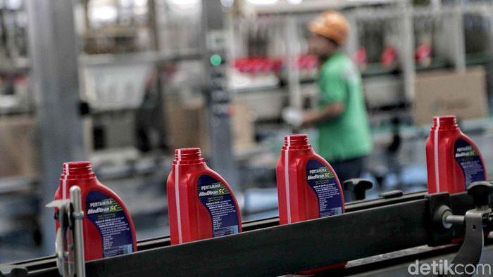Pabrik Viscosity Modifier Plant Production Unit milik Pertamina bekerja memproduksi minyak pelumas oli. Seperti apa kesibukan para pekerja di dalam pabrik?