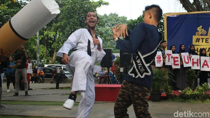 Aksi taekwondoin Bogor dalam kampanye antirokok di Taman Sempur (Foto: Kirei/detikHealth)