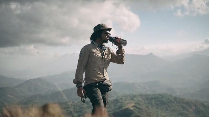 Aktor sekaligus presenter acara traveling ini sudah menjelajahi banyak tempat. Rata-rata wilayah eksotik di Indonesia. Salah satunya tempat di mana Ramon tengah menguk minuman ini. Foto: Instagram ramonytungka