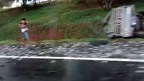 Pikap Terguling di Tol Japek KM 64, Muatan Lele Berserakan
