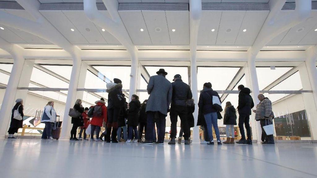Penampakan sejumlah orang yang menunggu dibukanya Apple Store di World Trade Center, Manhattan, New York pada saat Black Friday. (Foto: REUTERS/Andrew Kelly)