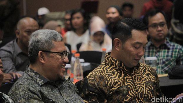 Gubernur Jabar Ridwan Kamil berbincang dengan Ahmad Heryawan (Aher), Sabtu (24/11/2018)