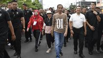 Potret Jokowi Jalan Sehat Bareng Pendukung di Lampung