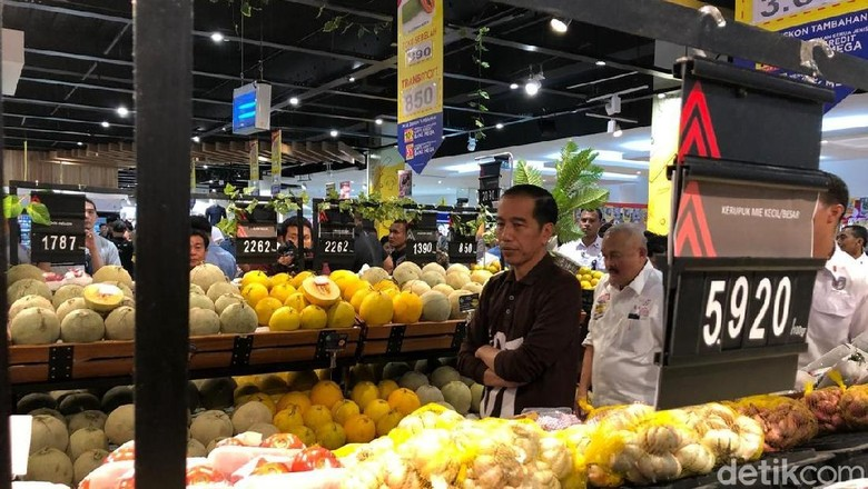 Jokowi Sambangi Transmart Palembang, Cek Harga Beras hingga Sayur
