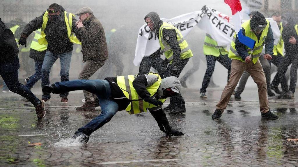 Demo Mencekam di Prancis Tak Cuma soal Harga BBM, Tapi...