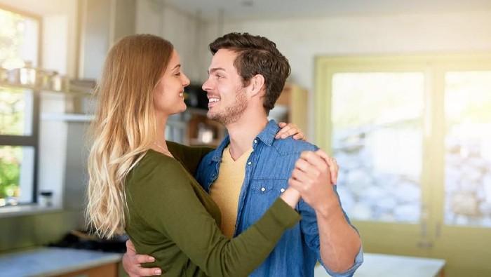 Ilustrasi suami-istri menghabiskan waktu bersama di pagi hari. Foto: iStock