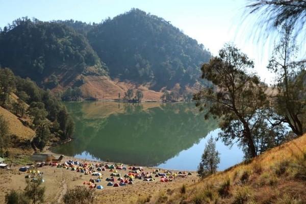 Untuk mencapai Ranu Kumbolo, traveler dapat melalui jalur pendakian Watu Rajeng atau Bukit Ayek Ayek yang berjarak sekitar 8 km dari pos pendaftaran Ranu Pani. (Riezka Putri/dTraveler)
