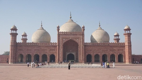 Bergeser ke Pakistan, ada Masjid Badshahi yang didominasi warna merah bata dan memiliki 8 menara. Masjid ini dibangun pada 1673 oleh raja keenam Dinasi Mughal Aurangzeb Alamgir. (Arief Ikhsanudin/detikcom)