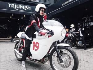 Hijabers, Ini Tips Pilih Busana untuk Naik Motor Gede Ala Istri Omesh