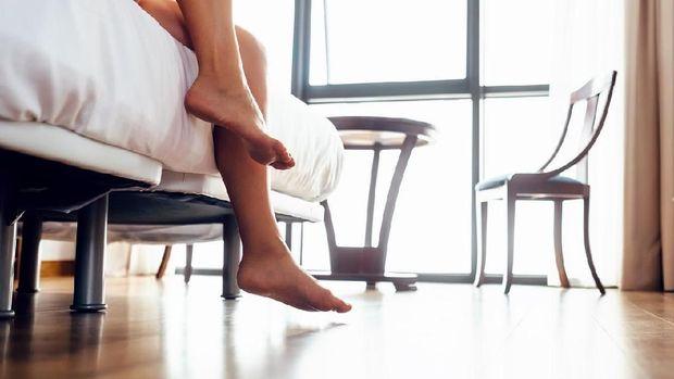 Bayangkan kalau mendadak harus keluar kamar. Pasti repot sekali kalau harus pasang baju dan celana.