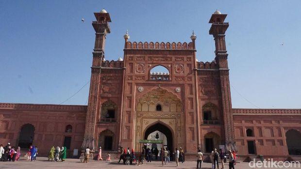 Bagian depan gerbang masjid ini terlihat sepeti benteng.