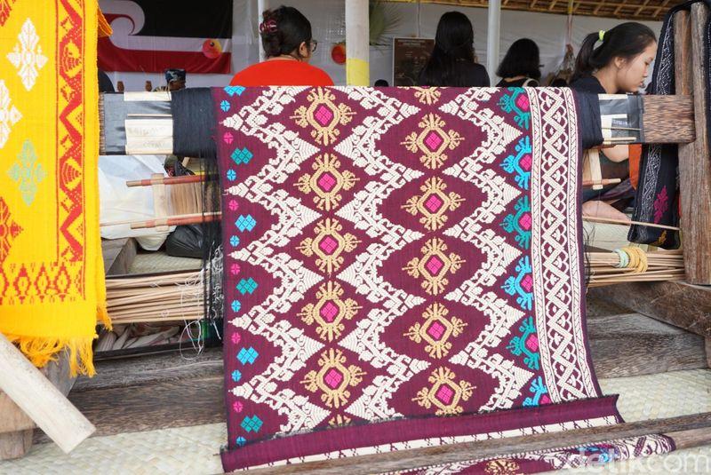 Inilah kain tenun khas Karangasem, Bali. Jangan kaget kalau lihat label harganya, bisa mencapai jutaan rupiah! (Ditya/detikTravel)