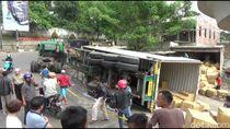 Pasutri Tertimpa Truk Kontainer di Purwakarta